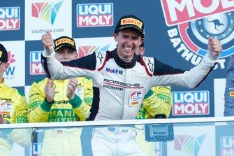 Podio: il vincitore della gara #912 EBM Porsche 911 GT3-R: Matt Campbell