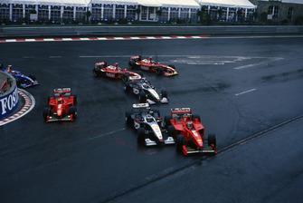 Michael Schumacher, Ferrari F300, si scontra con Mika Hakkinen, McLaren MP4/13, alla partenza