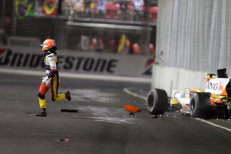 Nelson Piquet Jr., Renault F1 Team R28 crashes into the wall