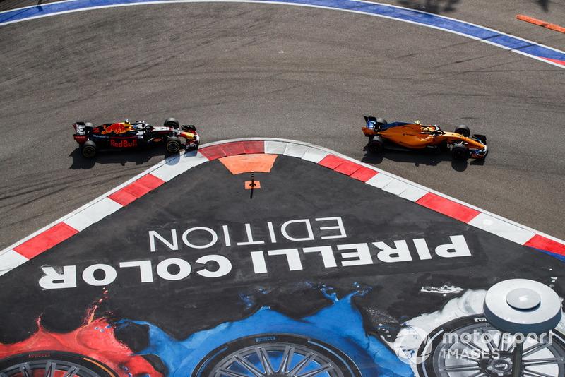 Stoffel Vandoorne, McLaren MCL33, Daniel Ricciardo, Red Bull Racing RB14