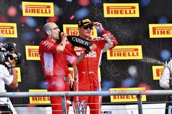 (Da sx a dx): Carlo Santi, ingegnere di pista Ferrari, e Kimi Raikkonen, Ferrari, festeggiano con lo champagne, sul podio