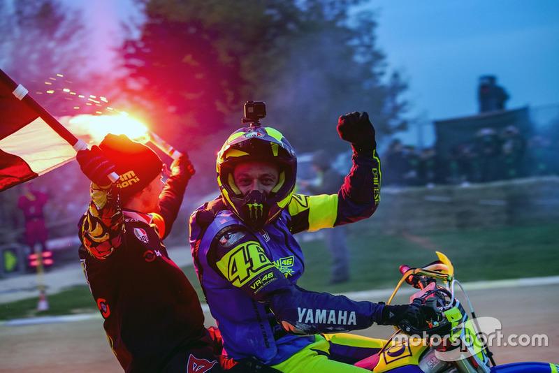 Переможці гонки Валентино Россі та Франко Морбіделлі