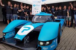 Groepsfoto, onthulling racewagen op waterstof van de TU Delft