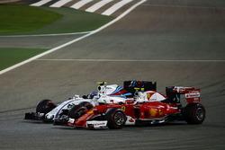 Kimi Raikkonen, Ferrari SF16-H en Valtteri Bottas, Williams FW38