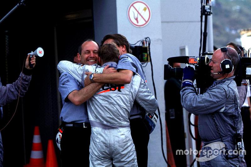 Ron Dennis dan Mika Hakkinen, McLaren, merayakan gelar juara dunia mereka