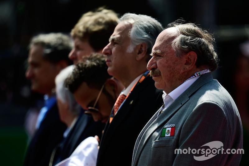 السائقون أثناء تأدية النشيد الوطني