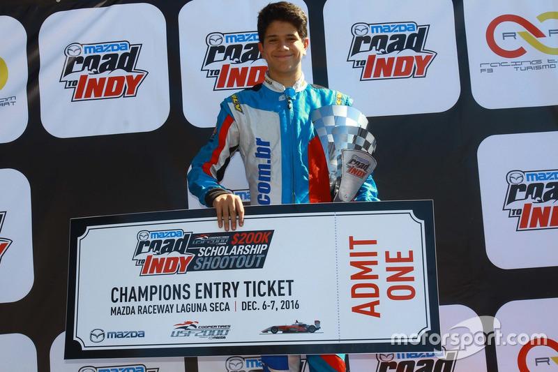 Marcel Coletta no pódio do Mazda Road to Indy Brasil