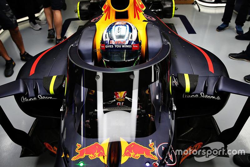 Daniel Ricciardo, in de Red Bull Racing RB12 met Aeroscreen