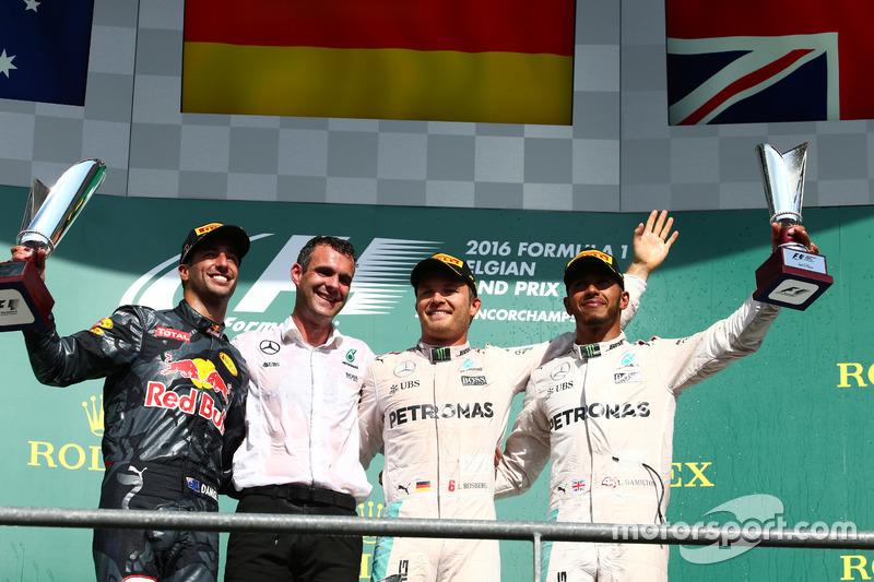 Podio: il vincitore della gara Nico Rosberg, Mercedes AMG Petronas F1 W07; il secondo classificato Daniel Ricciardo, Red Bull Racing RB12 e il terzo classificato Lewis Hamilton, Mercedes AMG F1 W07