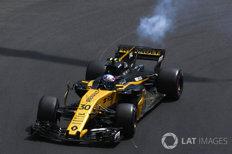 Nubes de humo emergen desde la parte posterior Jolyon Palmer, Renault Sport F1 Team RS17