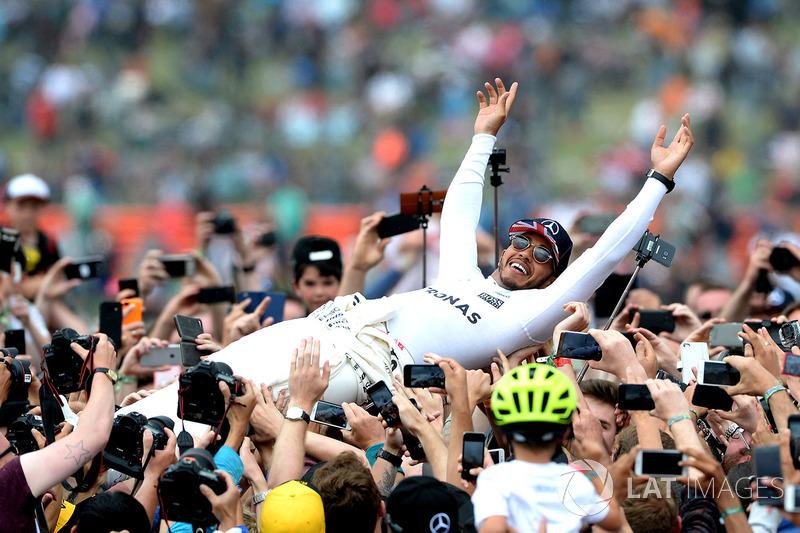 Ganador de la carrera Lewis Hamilton, Mercedes AMG F1 celebra con los aficionados