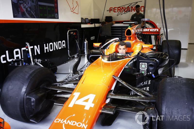 Junger Fan im Auto von Fernando Alonso McLaren MCL32