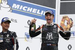 Podio: il vincitore della gara Sacha Fenestraz, Josef Kaufmann Racing