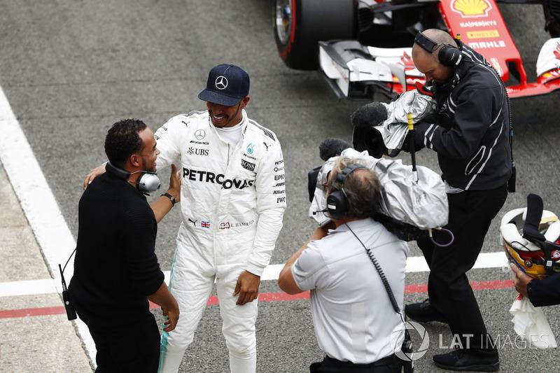 Ganador de la pole Lewis Hamilton, Mercedes AMG F1, y su hermano Nicolas