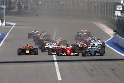 Rennstart: Valtteri Bottas, Mercedes AMG F1 W08; Sebastian Vettel, Ferrari SF70H; Kimi Räikkönen, Ferrari SF70H; Lewis Hamilton, Mercedes AMG F1 W08