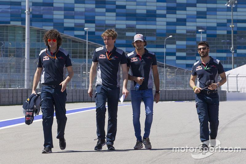 Carlos Sainz Jr., Scuderia Toro Rosso walks the track