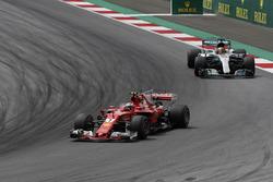 Кими Райкконен, Ferrari SF70H, и Льюис Хэмилтон, Mercedes AMG F1 W08