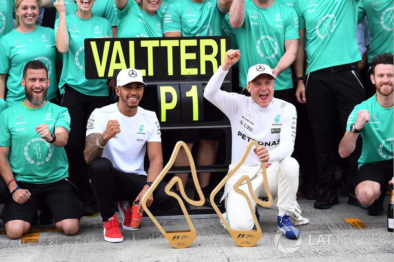 Гонщик Mercedes AMG F1 Валттери Боттас празднует победу вместе с Льюисом Хэмилтоном и командой