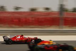 Даниэль Риккардо, Red Bull Racing RB13, и Себастьян Фетттель, Ferrari SF70H