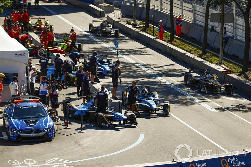 Sébastien Buemi, Renault e.Dams, sube a su vehículo durante una parada en boxes