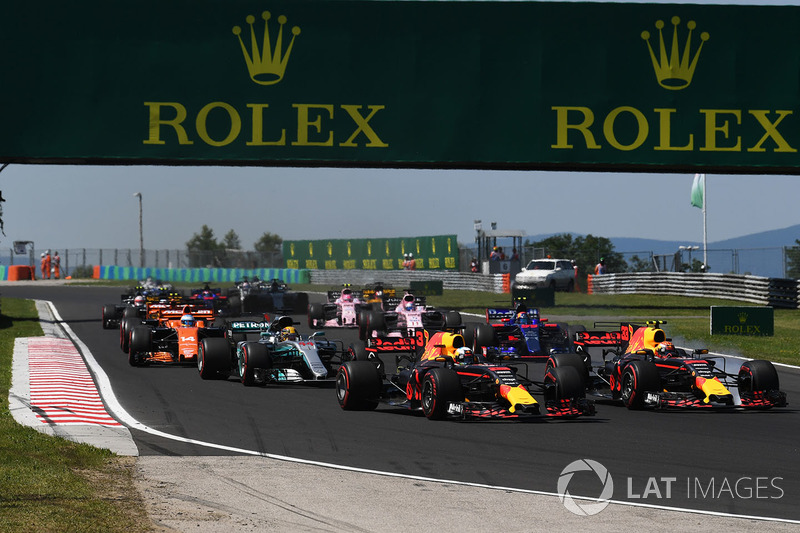 Даніель Ріккардо, Red Bull Racing RB13 та Макс Ферстаппен, Red Bull Racing RB13, на старті гонки