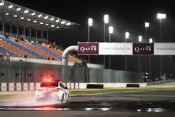 La voiture de sécurité en piste pour inspecter la piste humide