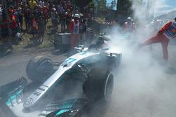 El coche de  Valtteri Bottas, Mercedes-Benz F1 W08 sacando humo