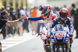 Danilo Petrucci, Pramac Racing, félicité par Neil Hodgson