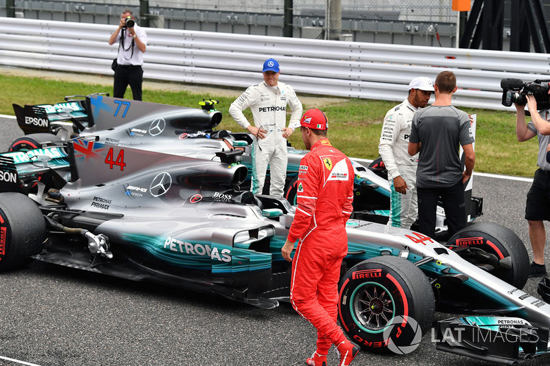 Valtteri Bottas, Mercedes AMG F1, Sebastian Vettel, Ferrari y Lewis Hamilton, Mercedes AMG F1 hablan con Jenson Button tras la calificación