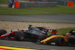 Romain Grosjean, Haas F1 Team VF-17; Nico Hülkenberg, Renault Sport F1 Team RS17