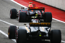 Max Verstappen, Red Bull Racing RB13, Carlos Sainz Jr., Renault Sport F1 Team RS17