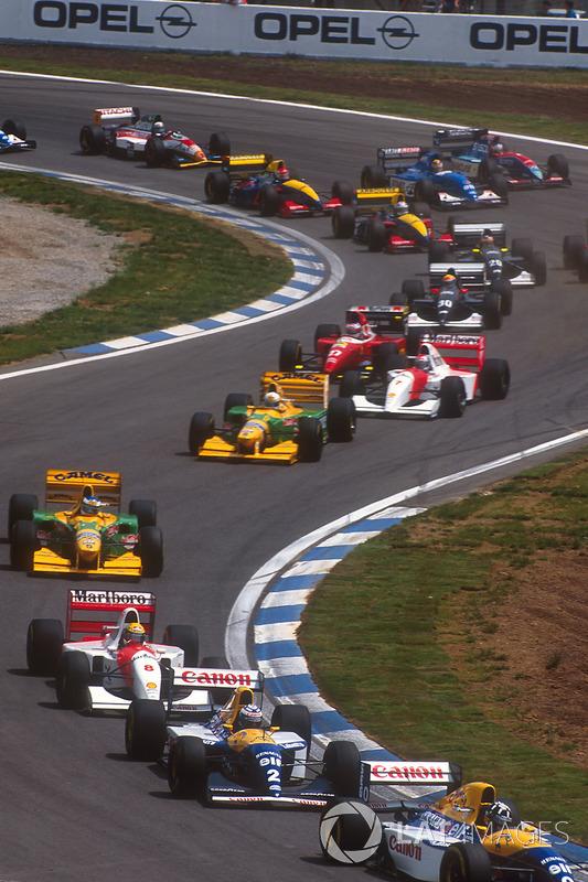 Damon Hill lidera a Alain Prost, both Williams FW15C Renault's, Ayrton Senna, McLaren MP4/8 Ford, Michael Schumacher, Riccardo Patrese, both Benetton B193B Ford's, Michael Andretti, McLaren MP4/8 Ford, y Jean Alesi, Ferrari F93A, al inicio