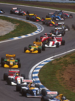 Damon Hill precede Alain Prost, anche lui su Williams FW15C Renault, Ayrton Senna, McLaren MP4/8 Ford, Michael Schumacher, Riccardo Patrese, entrambi su Benetton B193B Ford, Michael Andretti, McLaren MP4/8 Ford, e Jean Alesi, Ferrari F93A, alla partenza