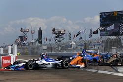 Incidente in curva 1: Takuma Sato, Rahal Letterman Lanigan Racing Honda. Scott Dixon, Chip Ganassi Racing Honda, James Hinchcliffe, Schmidt Peterson Motorsports Honda