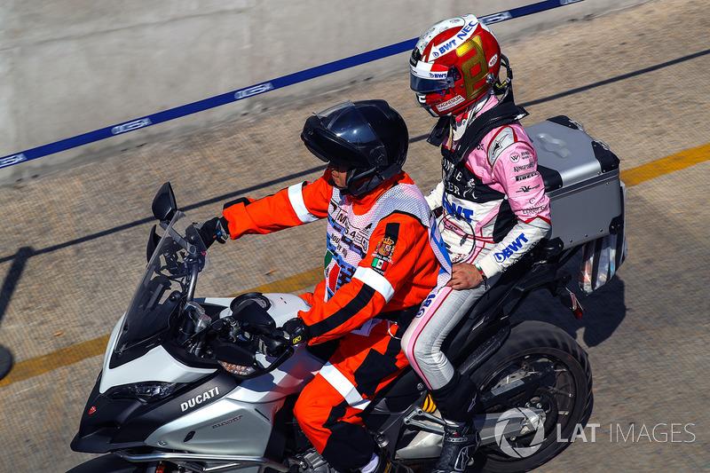 Alfonso Celis Jr., Sahara Force India volta ao pit de carona em uma moto