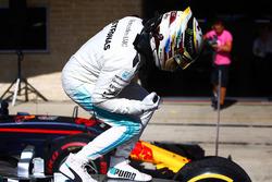 Lewis Hamilton, Mercedes AMG F1 W08, festeggia nel parco chiuso dopo aver vinto la gara