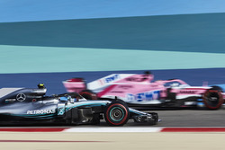 Valtteri Bottas, Mercedes AMG F1 W09, passes Sergio Perez, Force India VJM11 Mercedes