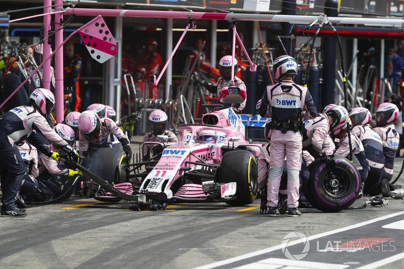 Sergio Perez, Force India VJM11, effettua un pit stop