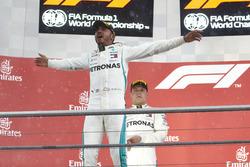Podio: il vincitore della gara Lewis Hamilton, Mercedes AMG F1, il secondo classificato Valtteri Bottas, Mercedes AMG F1