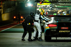 Pit stop, #49 Ram Racing Mercedes-AMG GT3: Salih Yoluc, Euan Hankey, Darren Burke, Felix Rosenqvist