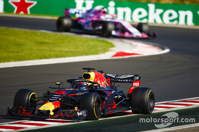 Daniel Ricciardo, Red Bull Racing RB14, y Sergio Perez, Force India VJM11