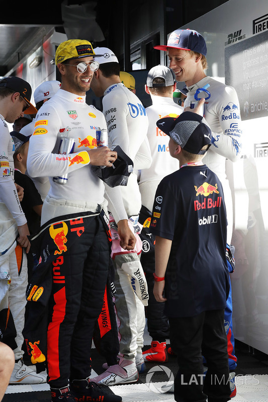 Daniel Ricciardo, Red Bull Racing, ve Brendon Hartley, Toro Rosso, ve grid çocukları