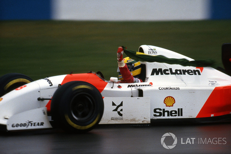 Айртон Сенна (McLaren MP4/8 Ford) святкує перемогу