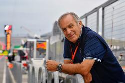 Giorgio Piola trabajando en el pit lane de F1