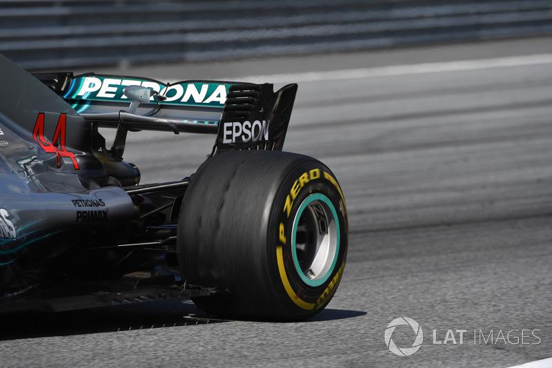 Ban Lewis Hamilton, Mercedes-AMG F1 W09, yang tampak terkikis