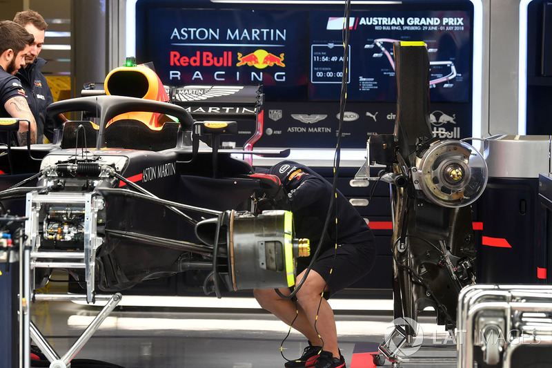 Red Bull RB14 готовят в гараже