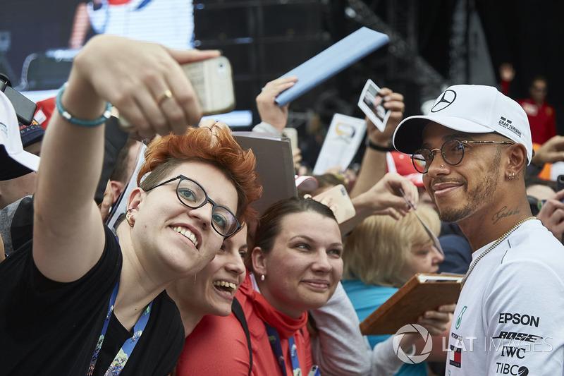 Lewis Hamilton, Mercedes AMG F1, con fans