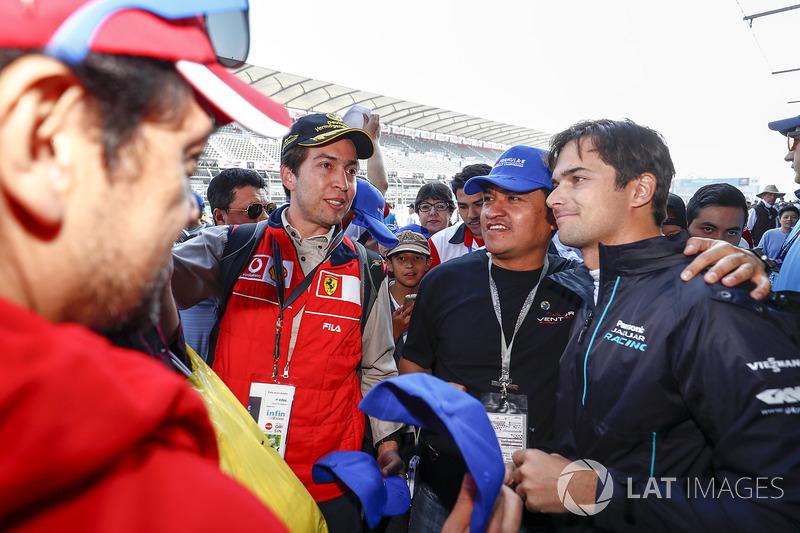 Nelson Piquet Jr., Jaguar Racing, signing autographs, taking selfies with fans
