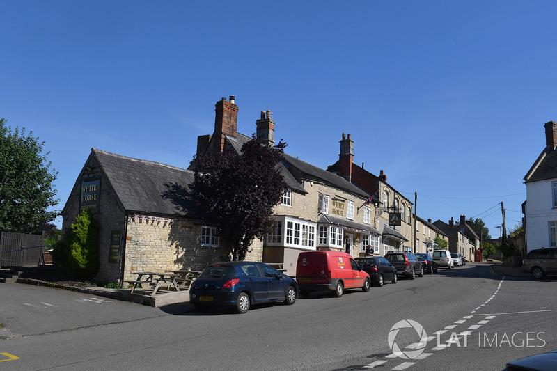 Silverstone Village e pub White Horse