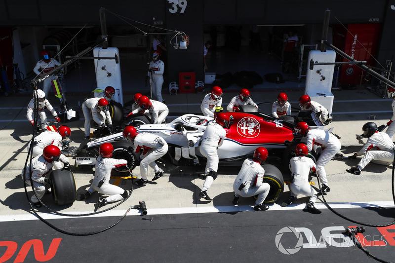 Charles Leclerc, Sauber C37, s'arrête au stand
